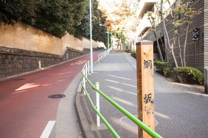 謡曲「羅生門」で有名な渡辺綱に由来する綱坂