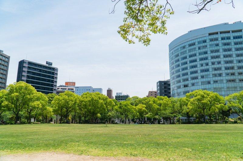 福岡市中心部とは思えない開放的な空間が広がる「天神中央公園」