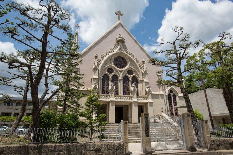 美しい外観がこの地の歴史を伝える「カトリック夙川教会」