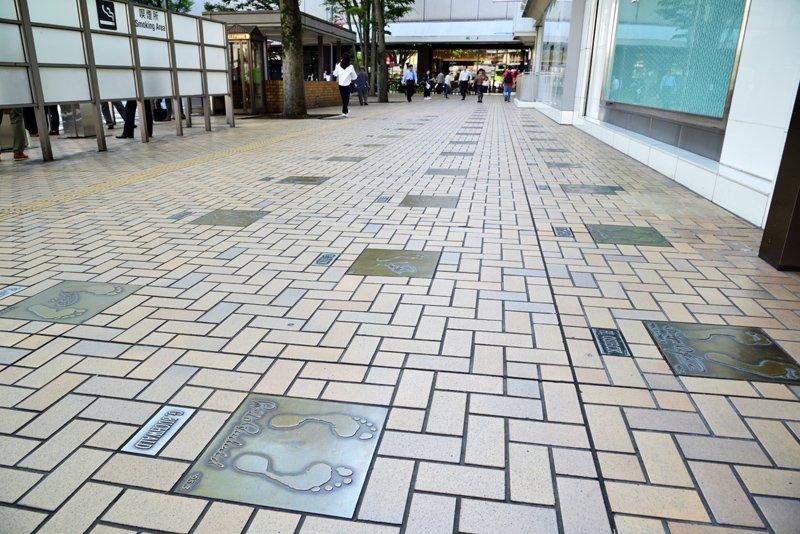 「浦和レッズ」の監督や選手の手形が埋め込まれた歩道